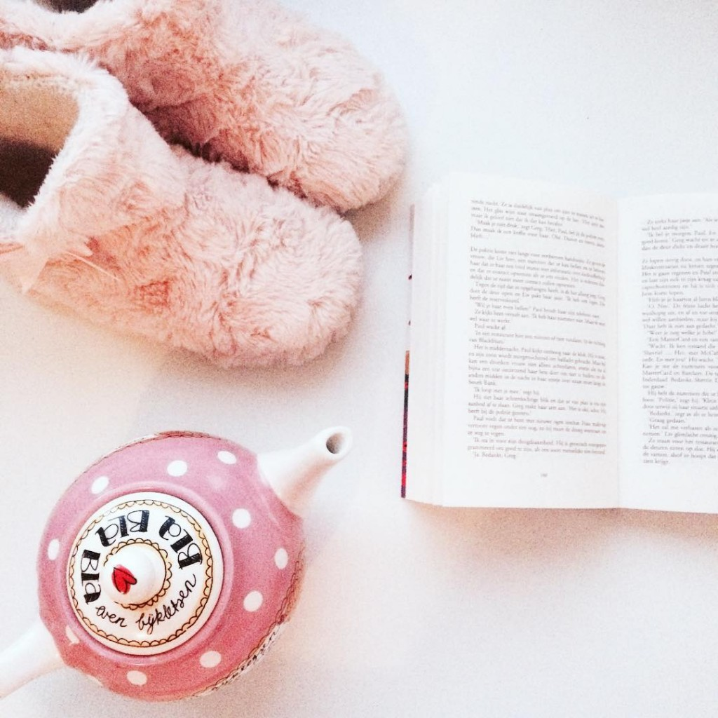 Me-time HNTM terugkijken en dan lekker lezen voor #Boektober #happy #enjoy #relax #time #book #instabook #pink #cozy #tea