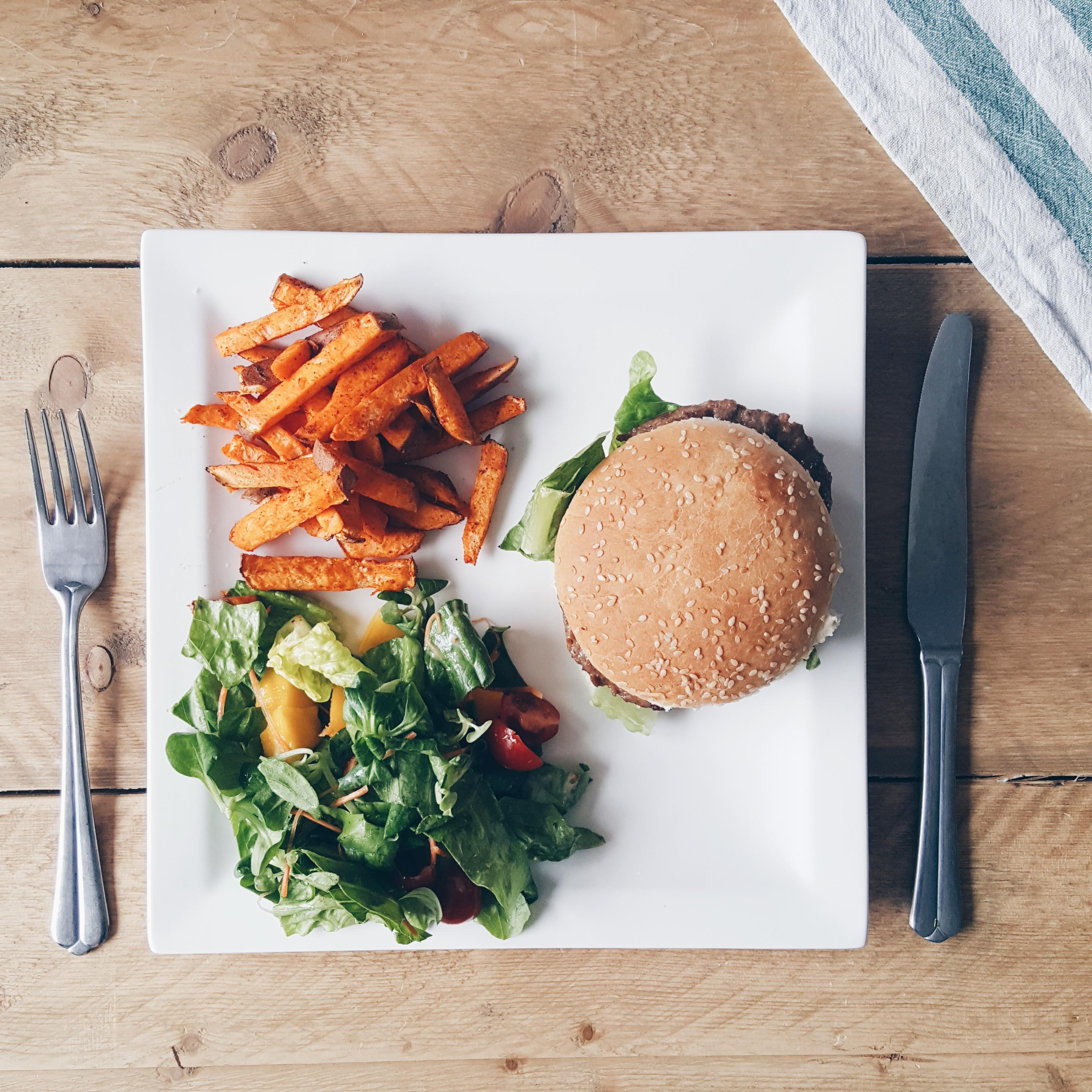 Hamburger luxe salade zoete aardappel