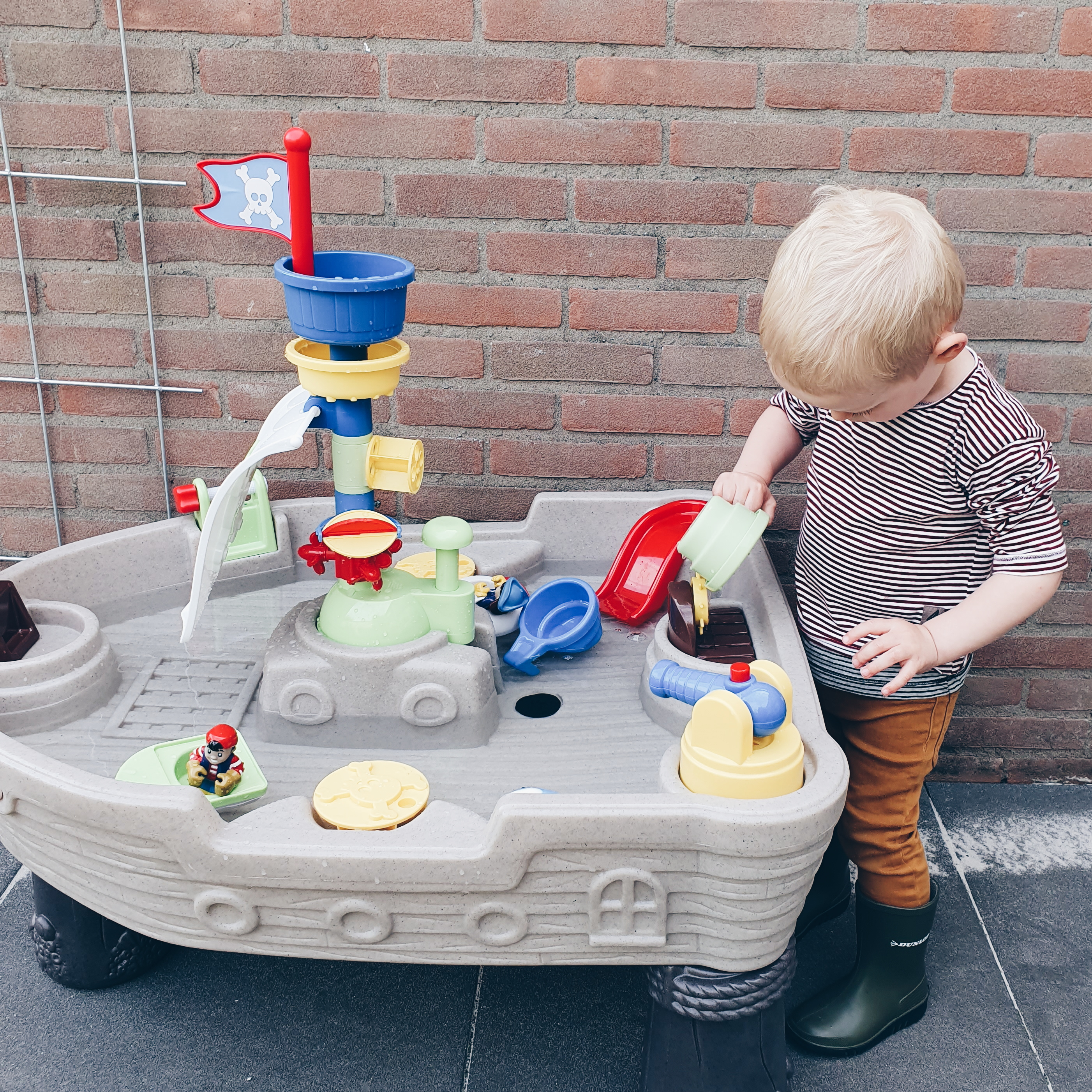 Waterpret met de Watertafel Piratenboot van Little Tikes
