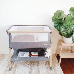 Samen met de baby slapen dankzij de Cozee Bedside wieg